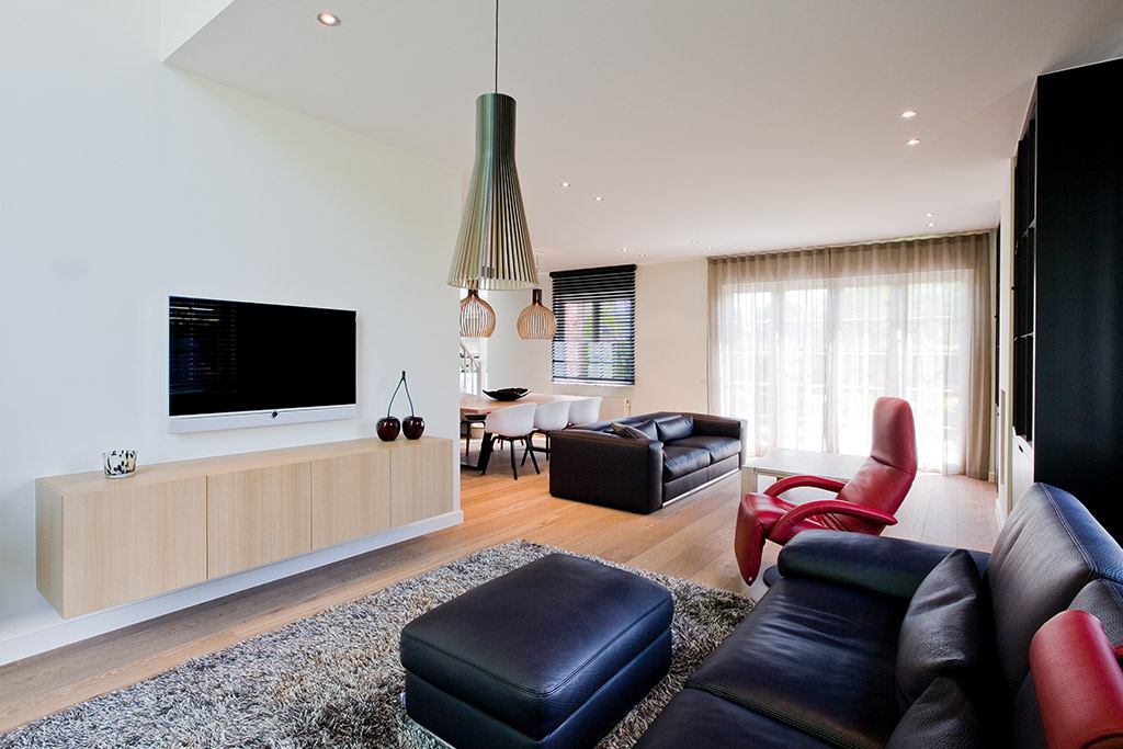 design lamp en tv kastmeubel met uitzicht op woonkamer