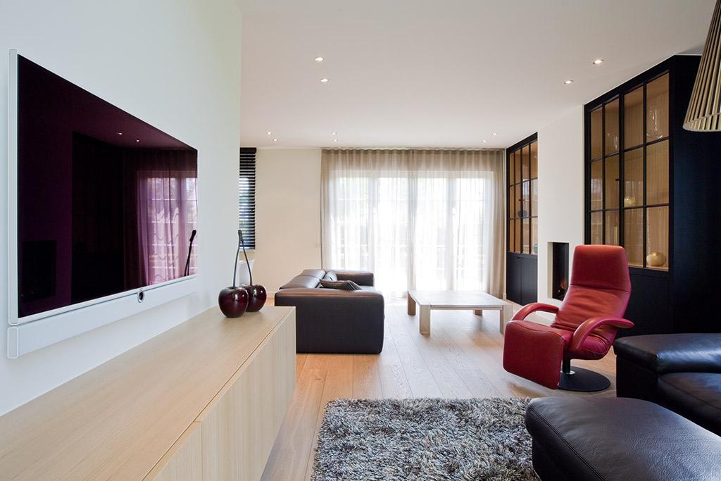 wandkast en tv meubel massief hout schrijnwerk en gordijn decoratie