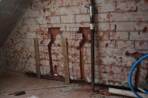 opengebroken muur voor nieuwe aanleg sanitair en verwarming