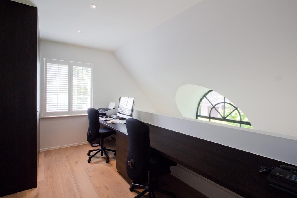bureau op maat parketvloer en bureaustoel
