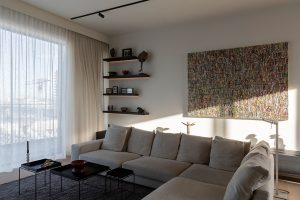 Woonkamer met hoekbank en wand decoratie