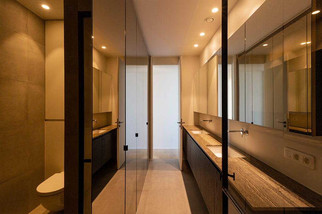 Badkamer met spiegel meubels