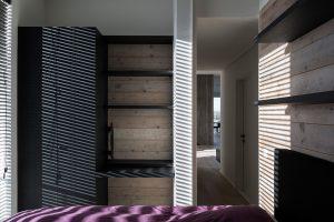Slaapkamer met zwarthouten meubels