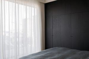 Slaapkamer met zwarthouten grote meubel