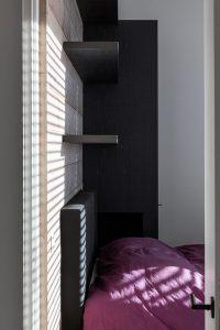 Muurplanken boven het bed in de slaapkamer