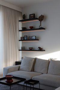 Woonkamer hoekbank met muurplanken